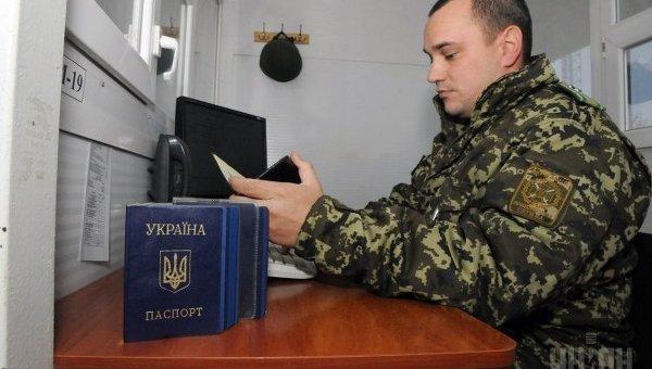 Проверка документов на КПП Гоптовка на границе с Россией