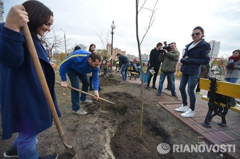 Высадка деревьев на Аллее патриотов памяти Кузьмы Скрябина