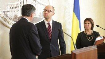 Министр финансов США Джейкоб Лью, премьер-министр Арсений Яценюк и министр финансов Наталья Яресько