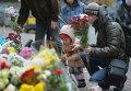 Украинцы принесли цветы под посольство Франции в Киеве