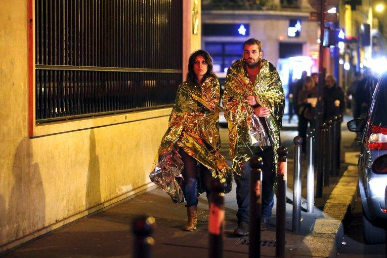 Мир чтит память жертв терактов в Париже
