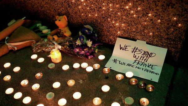 Импровизированный мемориал в честь жертв терактов в Париже