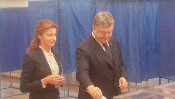 Голосование президента Порошенко с супругой на выборах в Киеве. Видео