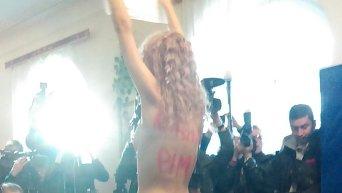 Активистка Femen разделась на участке, где голосовал Виталий Кличко