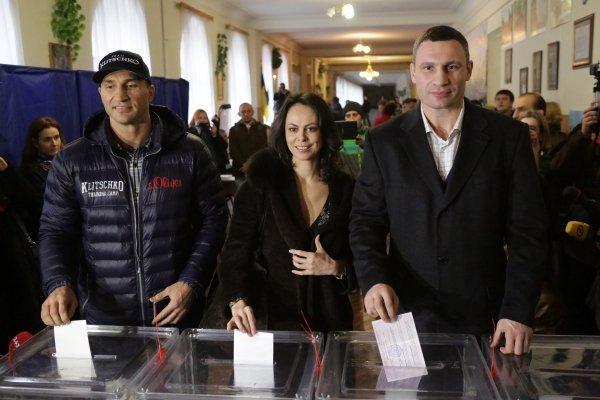 Акция Femen на участке, где голосовал Кличко с женой и братом