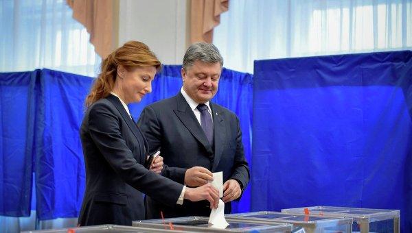 Петр и Марина Порошенко голосуют во время второго тура выборов мэра Киева