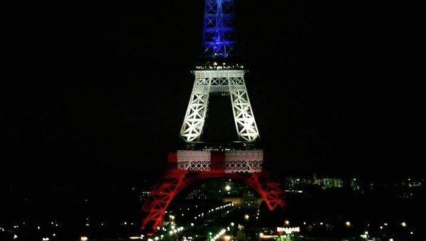 Эйфелеву башню иллюминируют в цвета национального триколора