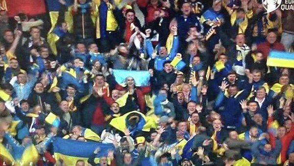 Болельщики празднуют выход сборной Украины на Евро-2016
