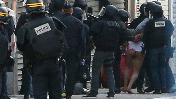 Задержание голого подозреваемого в Cен-Дени