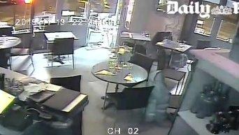 Опубликовано видео с камер наблюдения парижского кафе. Видео