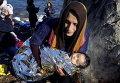Беженка из Афганистана с ребенком прибыла на остров Лесбос в Греции