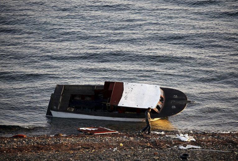 Лодка, на которой беженцы прибыли на греческий остров Лесбос