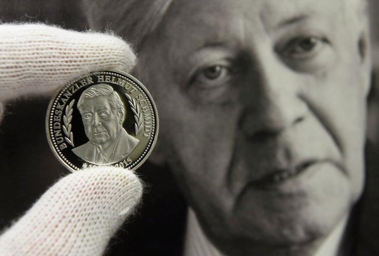 В Гамбурге презентовали медаль в честь покойного канцлера Германии Гельмута Шмидта