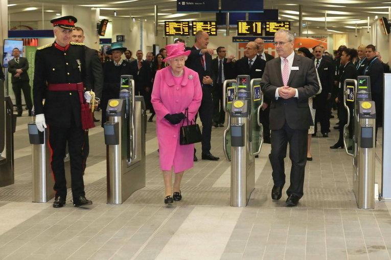 Королева Великобритании Елизавета II на недавно открытой после реконструкции станции Birmingham New Street Station