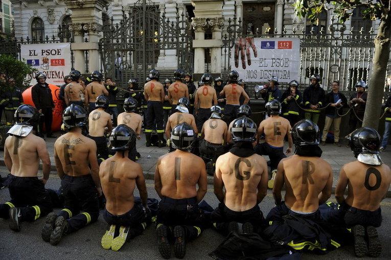 Пожарные протестуют перед региональным парламентом Астурии с требованием повысить заработную плату и стандарты общественной безопасности в Овьедо, на севере Испании