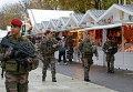 Французские солдаты патрулируют Рождественский рынок на Елисейских Полях в Париже