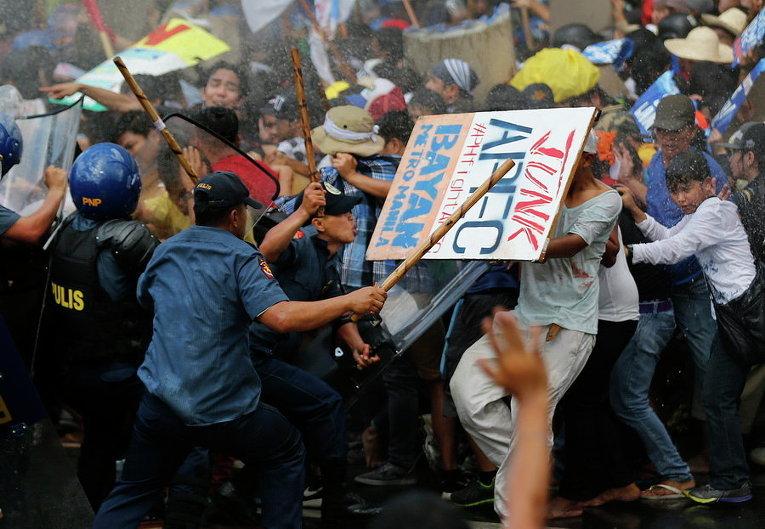 Полиция разгоняет демонстрантов у места, где проходит саммит Азиатско-Тихоокеанского экономического сотрудничества (АТЭС) в Маниле, Филиппины