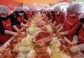 Женщины готовят кимчи для нуждающихся в Олимпийском парке в Сеуле, Южная Корея