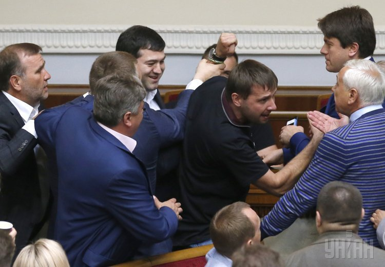 Потасовка Владимира Парасюка и нардепов, защищавших Романа Насирова
