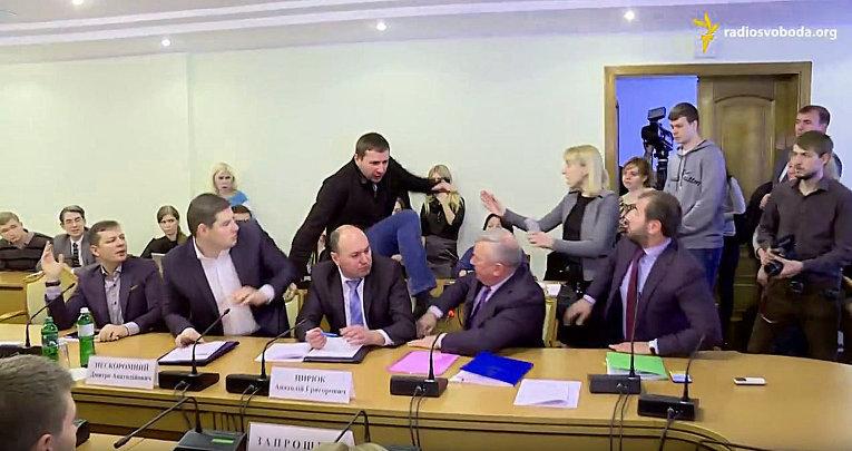 Владимир Парасюк бьет ногой в лицо Василия Писного