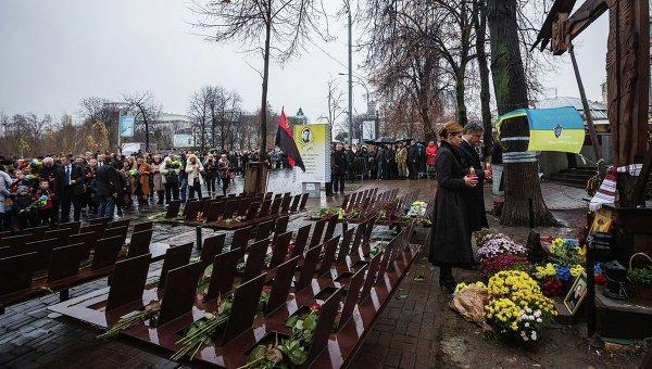 Петр Порошенко с супругой почтили память Небесной сотни