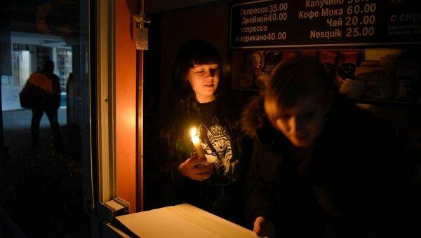 Уличное кафе работает при свечах в Симферополе