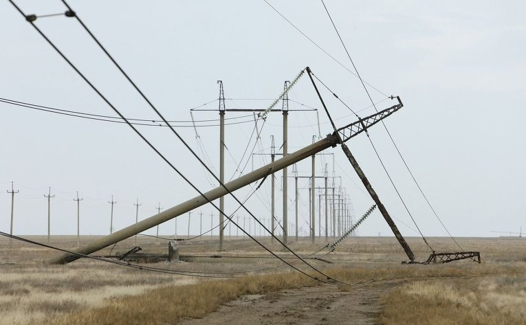 Поврежденная взрывом электроопора в Херсонской области