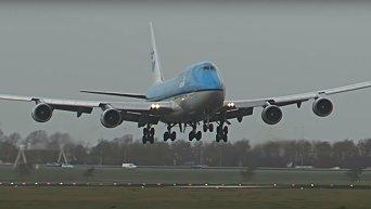 Столкновение огромного Boeing-747 с птицей. Видео