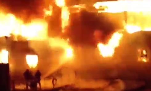 Пожар в плавучем ресторане в Киеве: кадры очевидцев. Видео