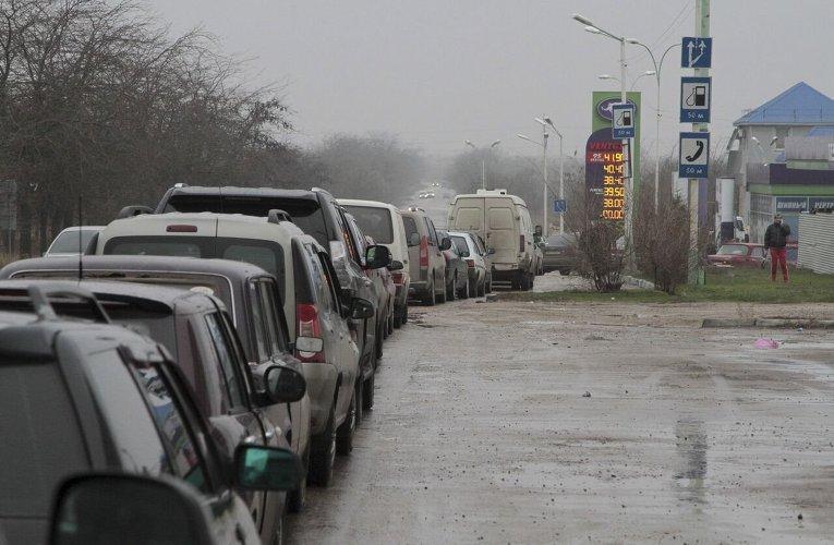 Автомобильные очереди на бензоколонках Евпатории.