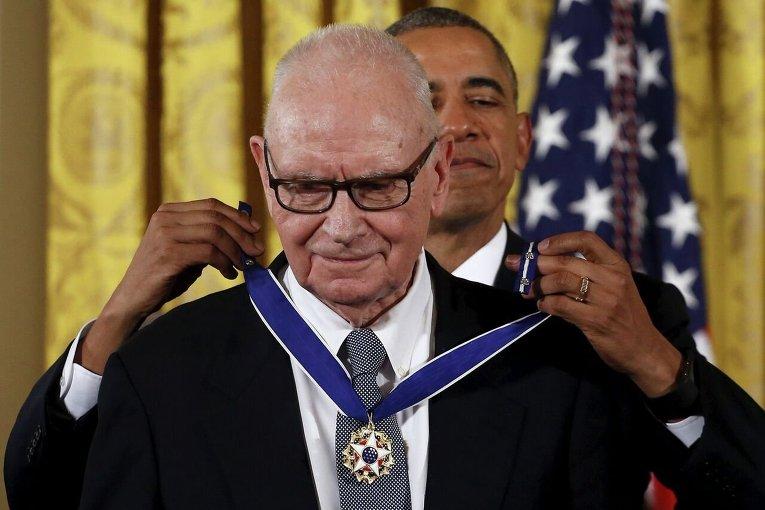 Президент США Барак Обама наградил президентской медалью Свободы члена Консультативного совета по национальной безопасности США президента Международного научного центра им. Вудро Вильсона Ли Гамильтона.