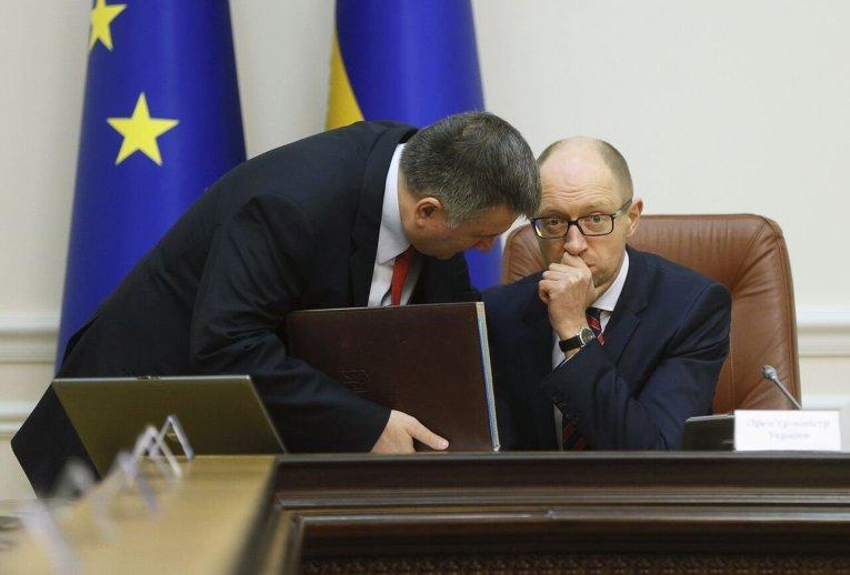 Глава МВД Арсен Аваков и премьер-министр Арсений Яценюк во время заседания Кабмина.