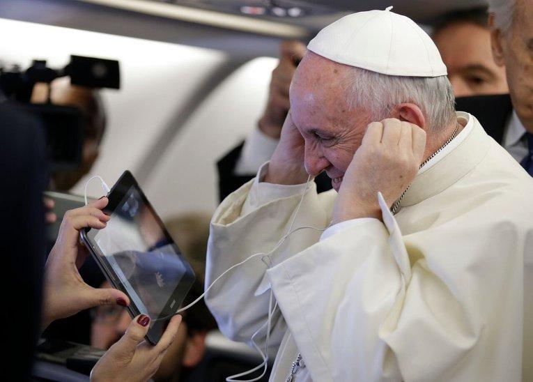 Папа Римский Франциск общается с журналистами во время его визита в Кению.