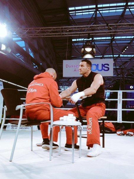 Тренировка Владимира Кличко в аэропорту Дюссельдорфа перед боем с Тайсоном Фьюри