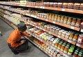Продукты питания в супермаркете. Архивное фото