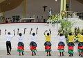 Дети приветствуют Папу Франциска в Кении