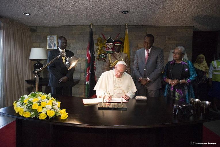 Папа Франциск расписывается в Золотой книге