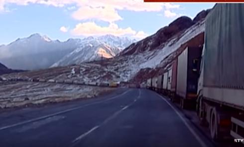 Турецкие фуры застряли у границы Грузии с Россией