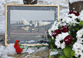 Цветы у памятника авиаторам в центре Липецка в память о подполковнике липецкого авиацентра ВВС России Олеге Пешкове, командире сбитого фронтового бомбардировщика Су-24