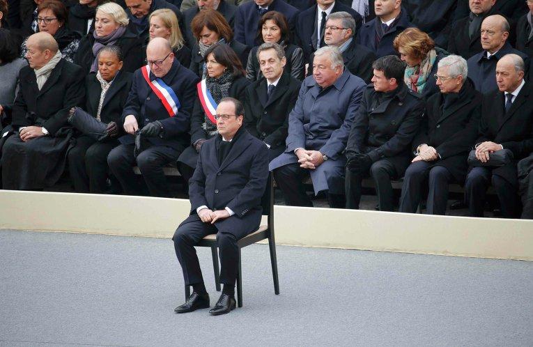 Президент Франции Франсуа Олланд с министрами почтили память погибших в парижских терактах