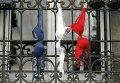 Президент Франции Франсуа Олланд призвал в знак памяти о жертвах парижских терактов вывесить национальные флаги. Некто из жителей Парижа совеобразно выполнил просьбу президента.