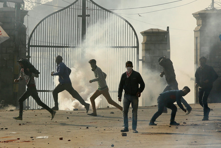 Полицейские разгоняют протестующих в индийском Кашмире слезоточивым газом