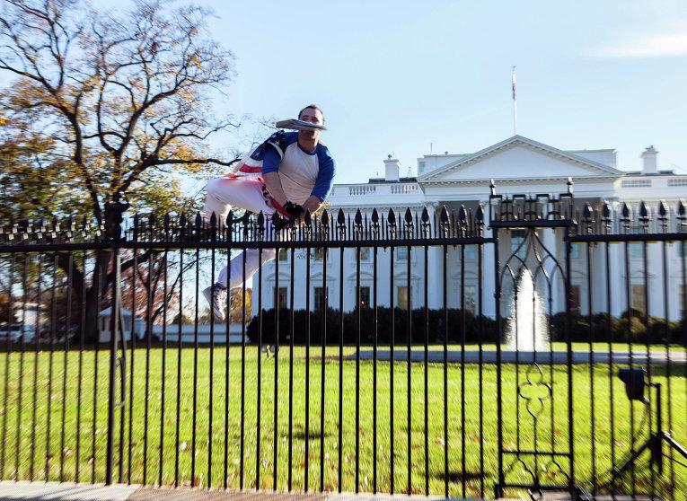 Мужчина перепрыгивает через забор Белого Дома, нарушитель был сразу задержан правоохранителями