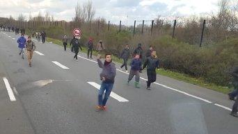 Мигранты на шоссе в районе французского города Кале