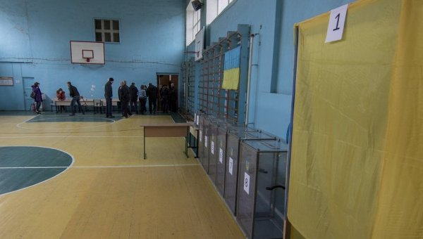 Подготовка к голосванию на выборах. Архивное фото