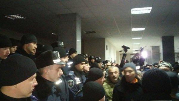 Столкновения в горсовете Кривого Рога между митингующими и работниками правоохранительных органов