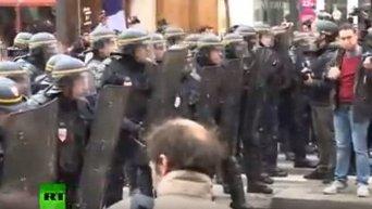 Полиция применяет слезоточивый газ против демонстрантов в Париже