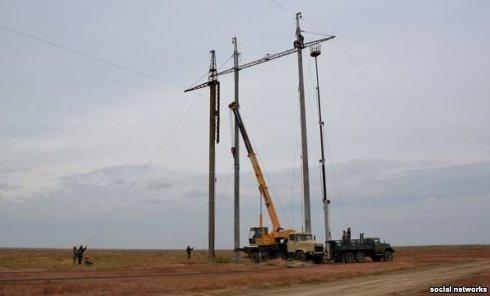 Опора ЛЭП, установленная в Чаплинке Херсонской области на границе с КрымомОпора ЛЭП, установленная в Чаплинке Херсонской области