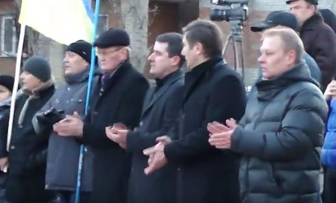 Мэр Славянска отказался взять флаг Украины. Видео