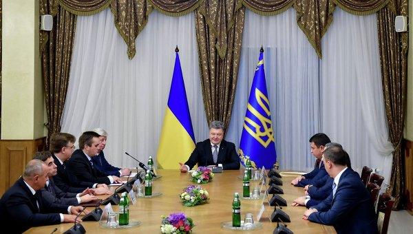 Президент Украины Петр Порошенко на встрече с руководством ГПУ, в том числе с генпрокурором Виктором Шокиным и антикоррупционным прокурором Назаром Холодницким